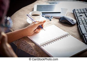 人們, 拿, 移動電話, 以及, 頂部, 桌子, 工作, 所作, 寫, 在懷特上, 空, 紙, 頁, 由于, 左手