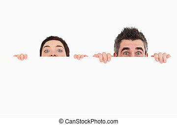 人和婦女, 在后面隱藏, a, 模仿空間, 針對, a, 白色 背景