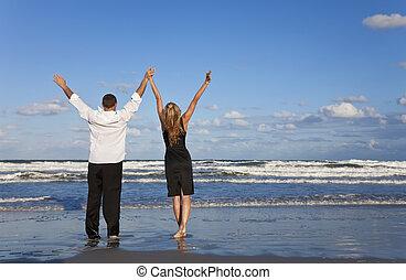 人和婦女, 夫婦慶祝, 提高的武器, 上, a, 海灘