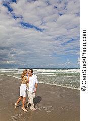 人和婦女, 夫婦走, 以及, 親吻, 上, a, 海灘