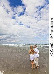 人和婦女, 夫婦, 有, 浪漫, 步行, 上, a, 海灘