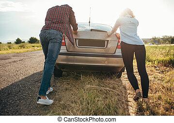 人和婦女, 推, a, 打破, 汽車, 後面 看法