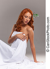 人物面部影像逼真, 上, 美麗的婦女, 坐, 以及, 作夢, 上, 灰色, 背景。, 性感, 女孩, 蓋, 由于, 白色的圖表