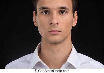 人物面部影像逼真, ......的, 年輕人, 面孔, 黑色, 背景。, 嚴肅, 漂亮, 人, 穿, 襯衫