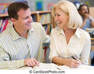 人 と 女性, 中に, 図書館, 笑い, (selective, focus)