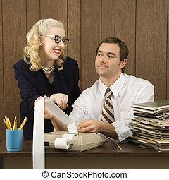 人 と 女性, working.