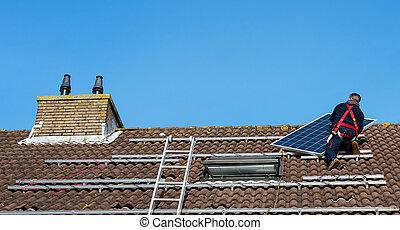 人, パッティング, ∥, 太陽 パネル, 上に, ∥, 屋根