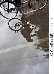 人, 上, 自行車, 在, 水坑, 反映