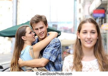 人, 不誠実, 見る, 抱き合う, 彼の, もう1(つ・人), ガールフレンド