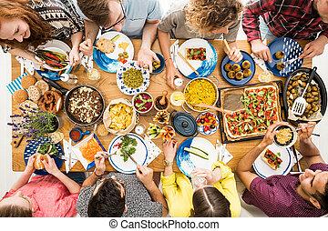 人, 中に, すみれ色の ワイシャツ, 食べる, hummus