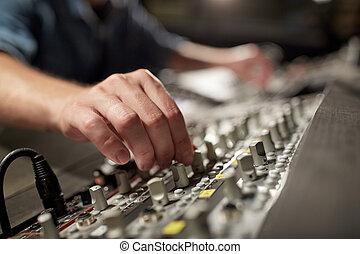 人, 使用, 混合控制台, 在中, 音乐, 记录工作室