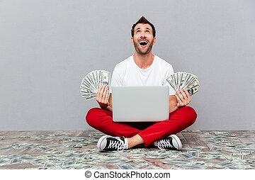 人, 保有物, 紙幣, そして, 床の上に座る, ∥で∥, ラップトップ