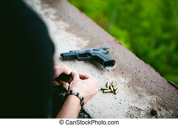 人, 充満, クリップ, の, ピストル, ∥で∥, bullets., 写真, 手, の, paramilitary, reloading, weapons., 準備, ∥ために∥, 射撃