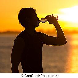 人, 喝水的瓶子, 在海滩上, 在, 日出