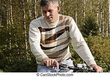 人, 在一輛自行車上