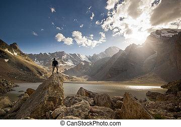 人, 在上, a, 悬崖, 在, 日落, 近, the, 山湖