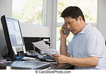 人, 在中, 家庭办公室, 带, 计算机, 同时,, 文书工作, 在上, 电话