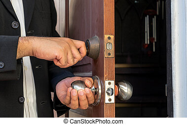 人, 在, 黑色的衣服, 打開門, 所作, 鑰匙