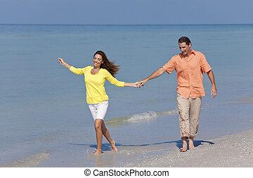 人, &, 婦女, 扣留手的夫婦, 上, a, 海灘