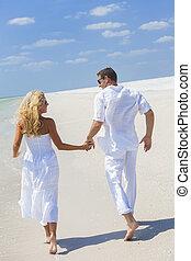 人 婦女, 扣留手的夫婦, 跑, 海灘