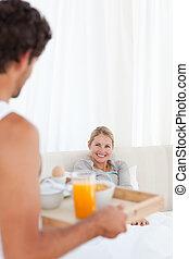 人, 帶來, the, 早餐, 到, 他的, 妻子