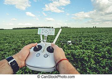 人, 手, 処理, 無人機, 中に, 夏, 緑のフィールド, 風景, panorama.