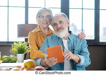 人, 提示, いかに, 彼の, 年配, 妻, 使用, タブレット