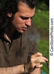 人, 煙を出している葉巻き