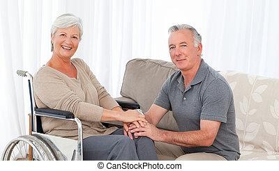 人, 由于, 他的, 妻子, 在, a, 輪椅
