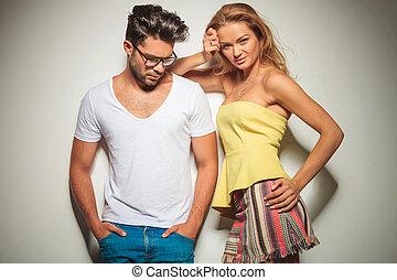 人, 由于, 眼鏡, 以及, 在口袋中的手, 外表下面, 當時, 婦女, 是, 藏品, 她, 頭