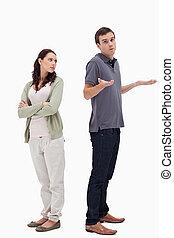 人, 聳肩, 他的, 肩, 背靠背地, 由于, 憤怒婦女
