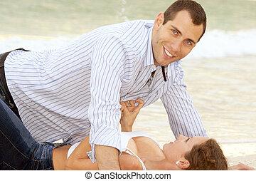 人, 見る, 視聴者, 間, 女, unbuttons, 彼の, ワイシャツ