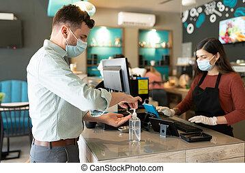 人, 適用, 手, sanitizer, カフェ