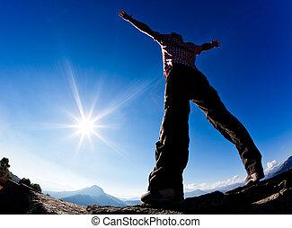 人, 開く, 彼の, 腕, 中に, ∥, 日光, に対して, 青, sky.