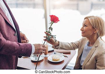 人, 雅致, 婦女, 白膚金發碧眼的人, 微笑, 美麗, 上升, 咖啡館, 給