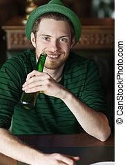 人, 飲むこと, ビール, から, 緑, びん, ∥において∥, バー, ∥あるいは∥, pub