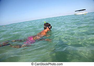 人 snorkeling, 在, 透明, 水域
