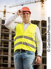 仕事, に対して, 建設, ポーズを取る, hardhat, 微笑, エンジニア, クレーン, ハンサム