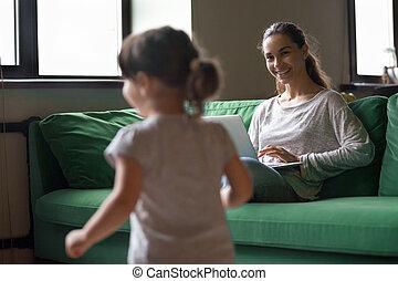 仕事, ラップトップ, 間, 母, 家, 女の子, 遊び, 子供