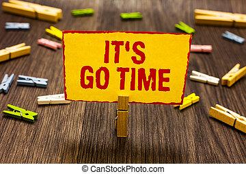 仕事, 写真, それ, 黄色の符号, 割り当てられた, 持って来なさい, ペーパー, undertake, 行きなさい, メモ, time., 保有物, テキスト, 概念, いくつか, clothespin, 提示, floor., 期間, clothespins, 木製である, s