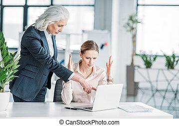 仕事, 彼女, 女性実業家, ラップトップ, 若い, 上司, コンピュータ, 強調された, オフィス