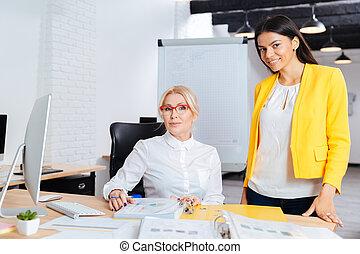 仕事, 2, 一緒に, コンピュータ, テーブル, 女性実業家