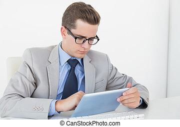 仕事, nerdy, ビジネスマン, タブレットの pc