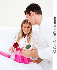 他的, 妻子, 給, 丈夫, 有吸引力, 禮物