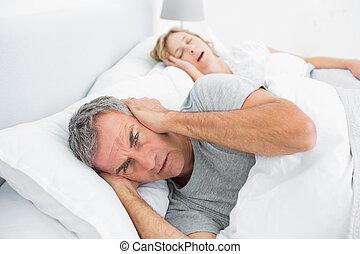 他的, 妻子, 耳朵, 懊惱, 噪音, 打鼾, 阻攔, 人