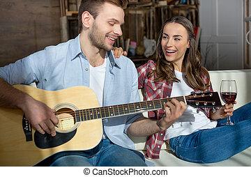 休む, ソファー, 恋人, 若い, 一緒に, ギター, ワイン