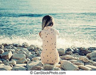 休息, 卵石, 婦女, 海灘, 年輕