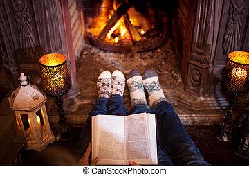 休日, 羊毛, 冬, 弛緩, 恋人, ソックス, フィート, 概念, book., 家, fireplace., 読書