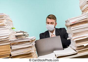 会計士, 大きい, pandemic, face., work., 会社, documents., マスク, 山, 仕事, 保護である, オフィス, 光景, accumulated, マレ, ∥あるいは∥, デスクトップ, ペーパー, 医学, マネージャー