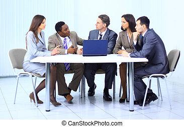 会議, 論じる, リーダー, 成功した, チーム, 彼の, 部屋
